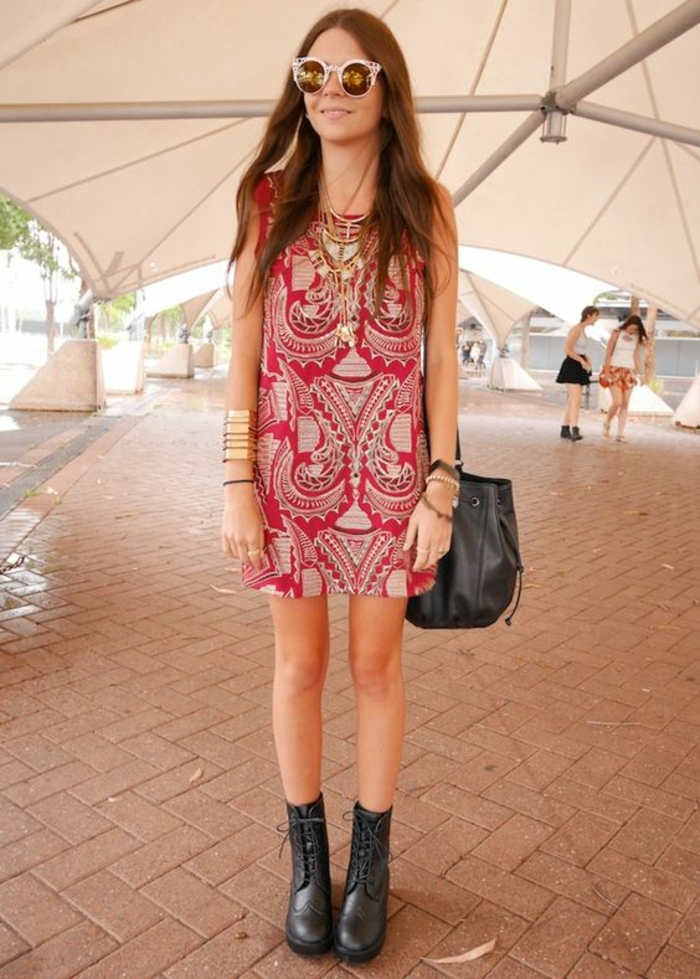 une robe tunique ethnique associée à des bottines motardes et lunettes glamour, comment porter les vêtements ethnique de façon chic