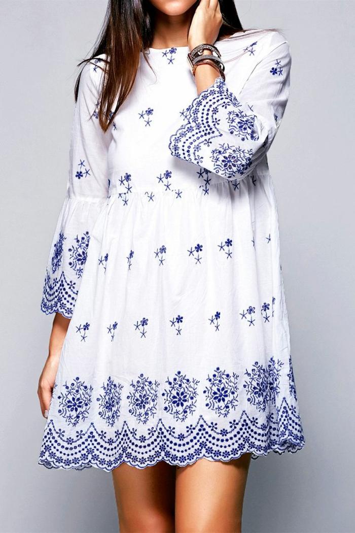 une robe tunique avec broderie bleue, quelle tenue de plage en 2017