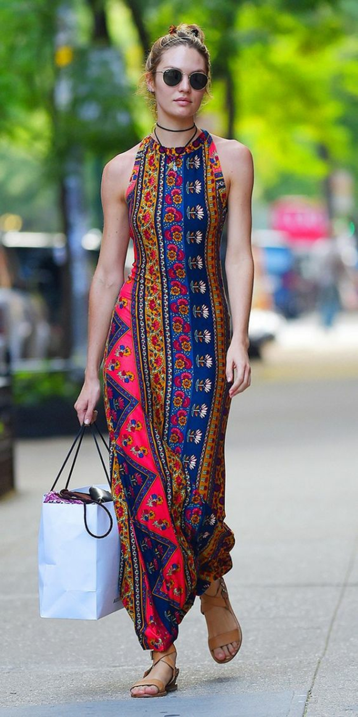 une robe longue imprimée aux motifs ethniques bretelle tour de cou, le chic ethnique en été