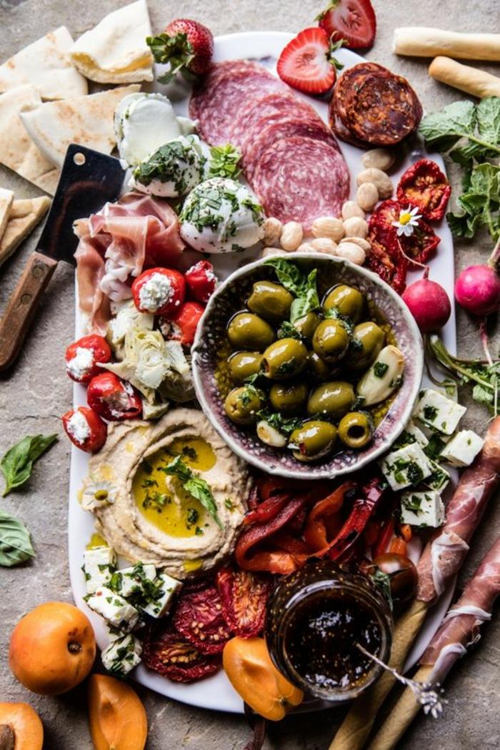 plateau de charcuterie et fromages riche en saveurs et textures, recette de houmous et de confiture aux oranges sanguines