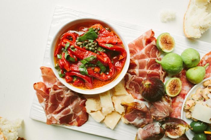 un simple plateau d'antipasti à l'italienne, antipasti italien de prosciutto, figues et poivrons marinés