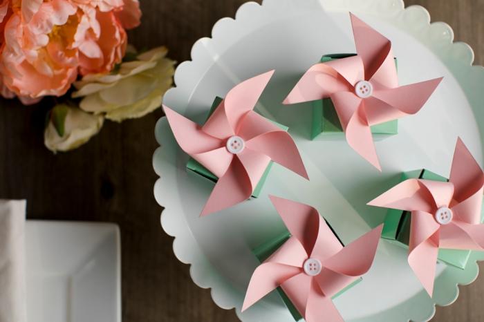 un tutoriel facile pour faire un mini moulin à vent rose, offrir de petits cadeaux des invités personnalisés
