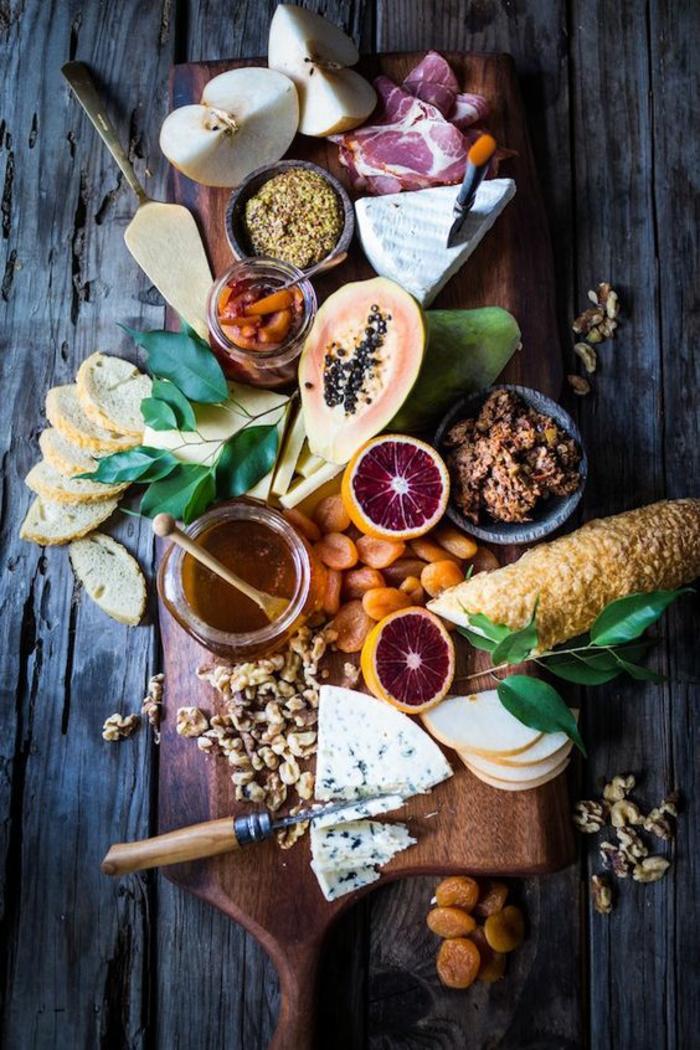 plateau de charcuterie et fromage classique avec une touche tropicale, recette de confiture aux oranges sanguines