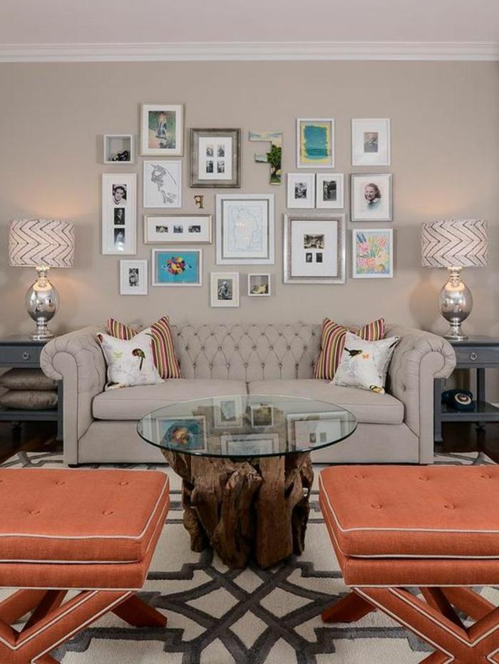 lampes de table avec abat-jour, sofa gris, deux tabourets corail couleur, table de salon en verre er bois naturel