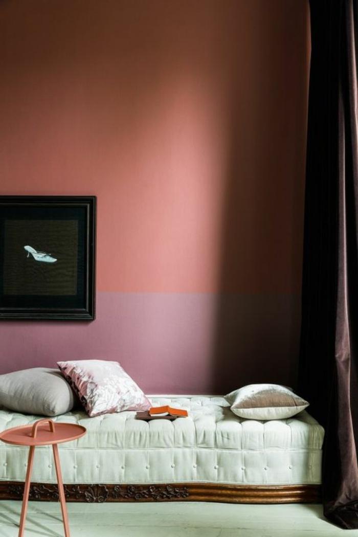 corail couleur, mur en pourpre et rose corail, petit lit, tabouret rose, coussins déco