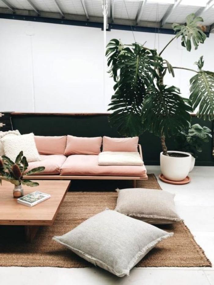 corail couleur, salle de séjour avec tapis sisal, grandes plantes, table basse rectangulaire
