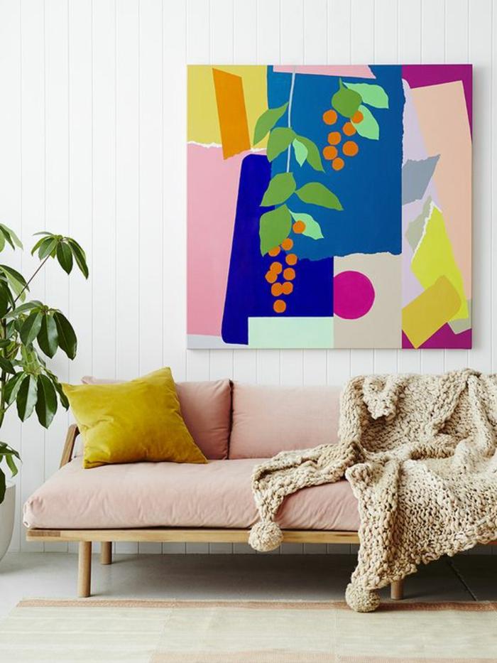 corail couleur, sofa scandinave, tableau artistique en pastels, plante verte