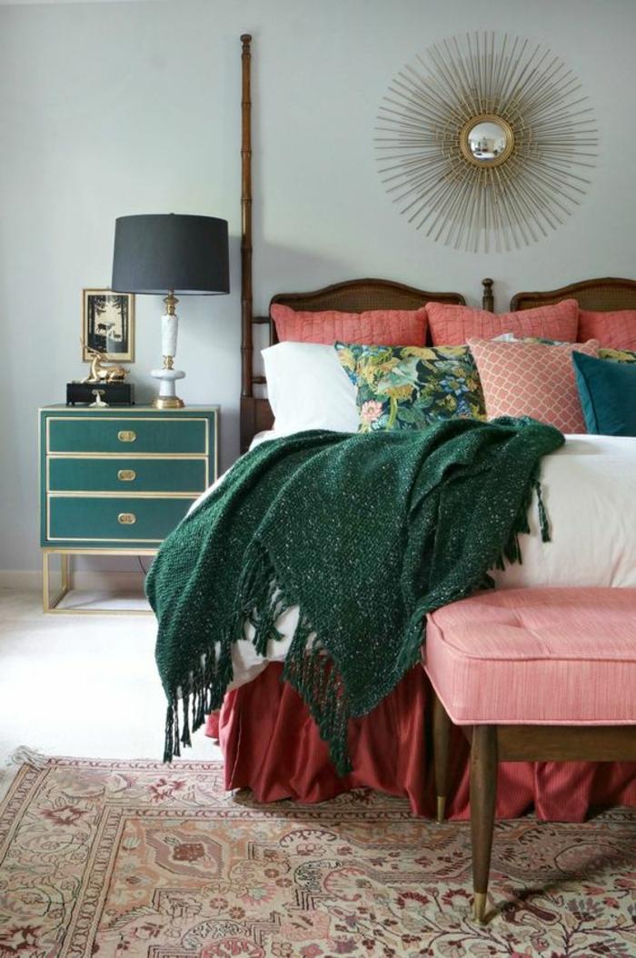corail couleur, mur bleu, chevet vintage, lampe abat-jour, miroir soleil, banquette de lit rose
