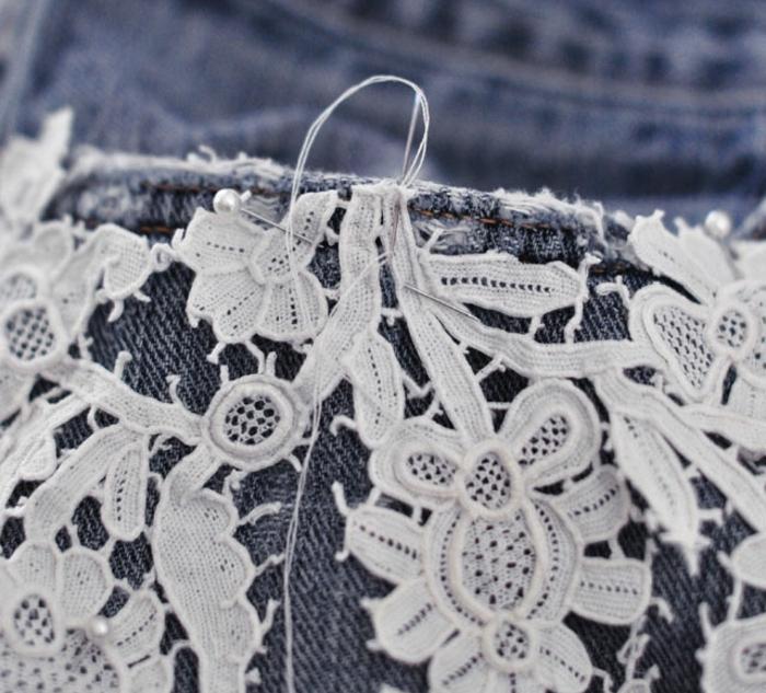 deco dentelle, customiser un jean, coudre la dentelle aux shorts pour fabriquer un vetement customisé