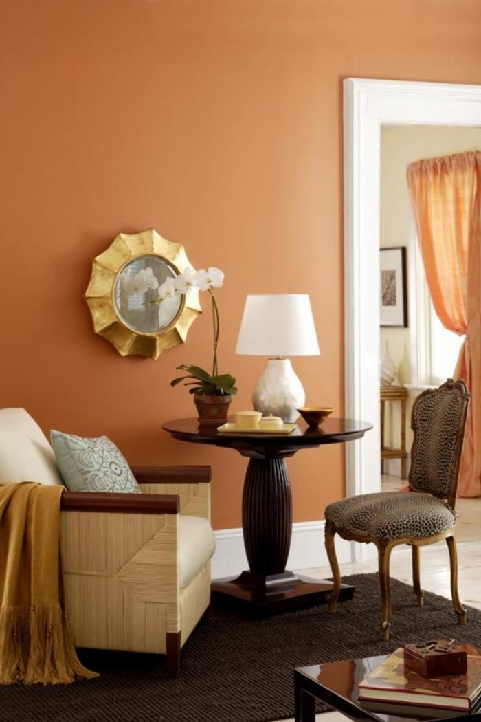 mur couleur abricot, chaise baroque, table ronde ancienne, petit tapis marron