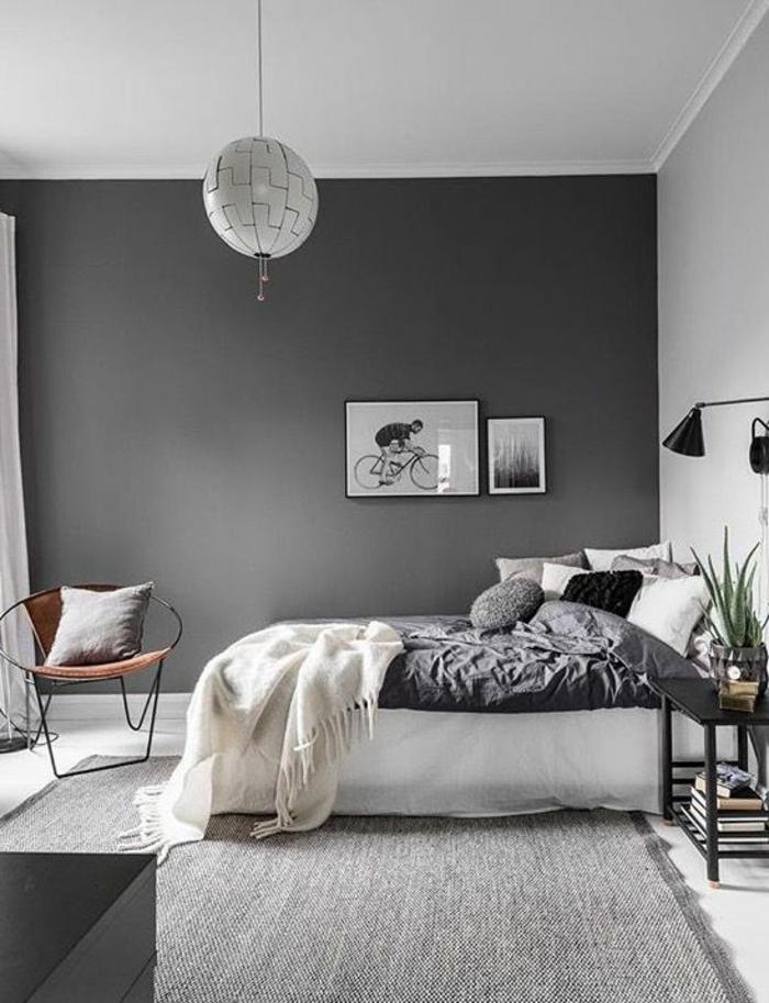 couleur assortie au gris, plafonnier rond, mur peint gris, petit chevet noir