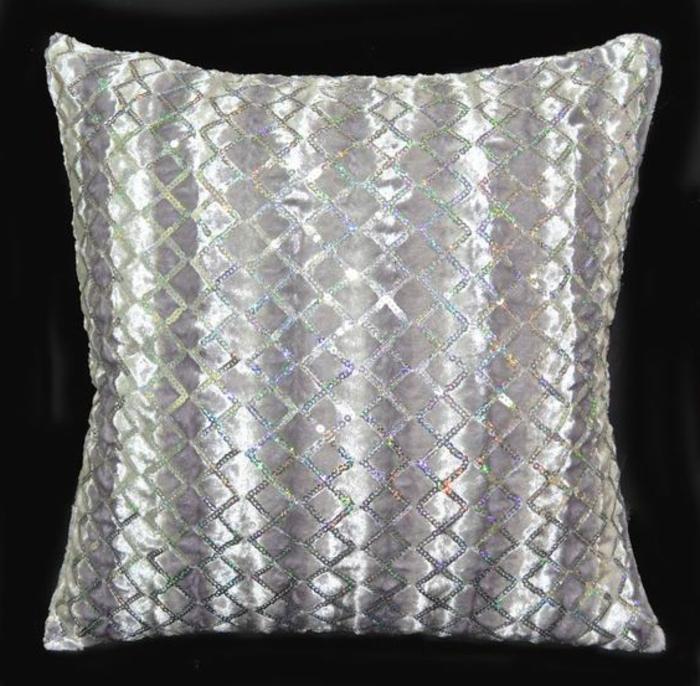 couleur assortie au gris, coussin lumineux aux motifs géométriques
