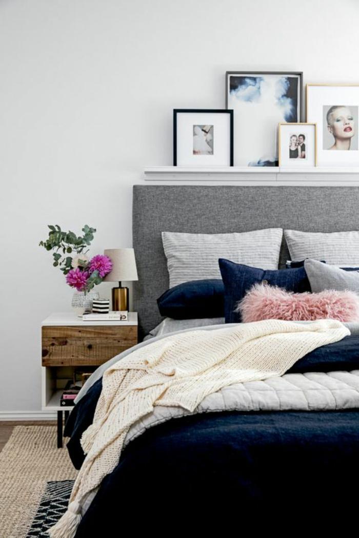 couleur assortie au gris, coussins déco, chevet en bois et blanc, photographies encadrées