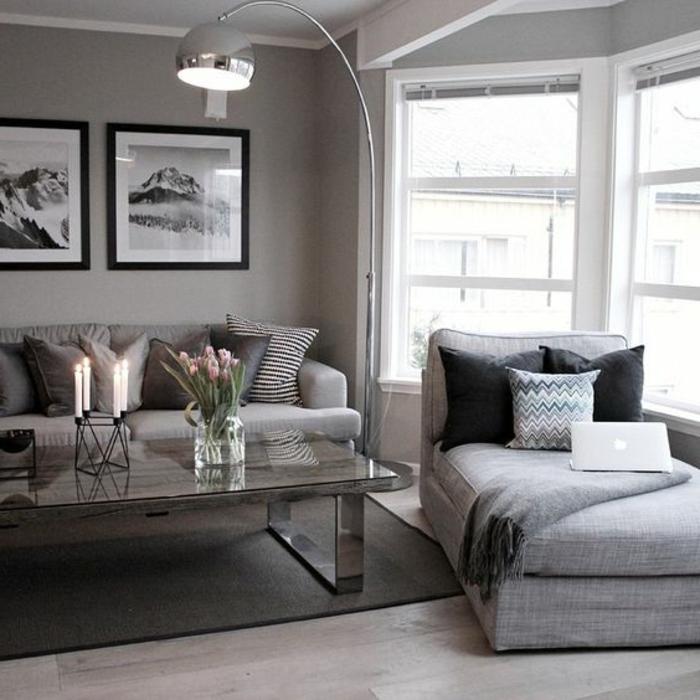 couleur assortie au gris, grande table de salon, lampadaire arc, fauteuil gris avec coussins