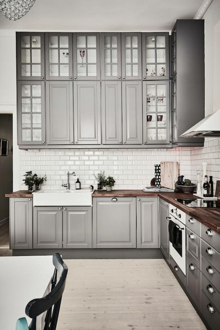 couleur assortie au gris, carrelage métro blanc dans la cuisine, placards dris suspendus
