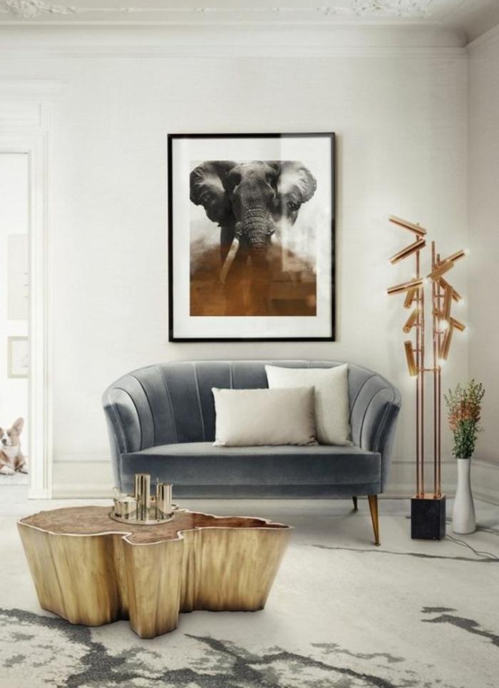 couleur assortie au gris, table tronc dorée, sofa et installation lumineuse