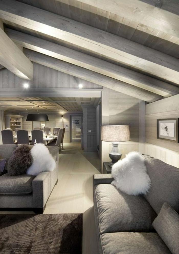 couleur assortie au gris, plafond sous pente, intérieur style chalet luxueuxn grand salon et salle à manger