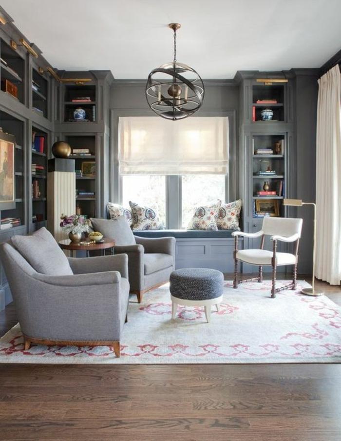 couleur assortie au gris, salon gris et blanc, suspension ronde, bibliothèque vitrée