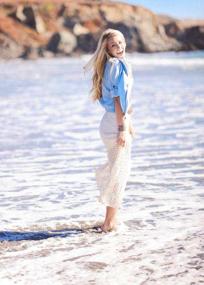 blond californien, fille souriante, jupe longue blanche, bracelet, chemise en denim, balayage blond
