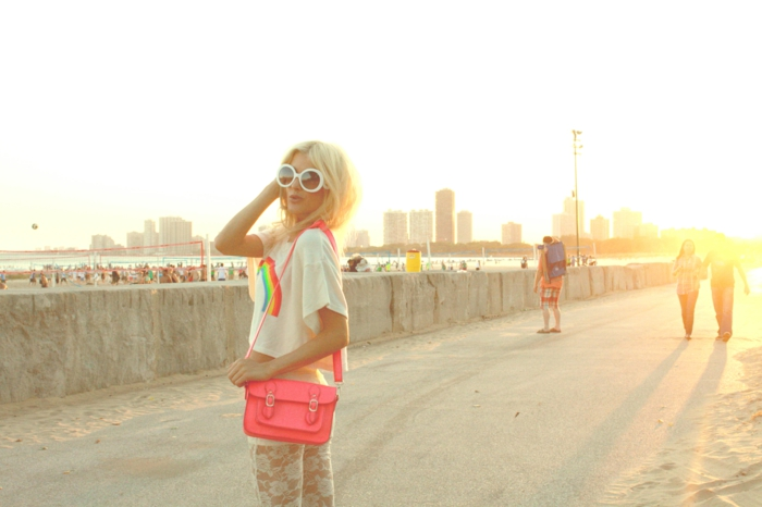 blond californien, sac à main rose, t-shirt blanc femme, legging blanc en dentelle, cheveux blond