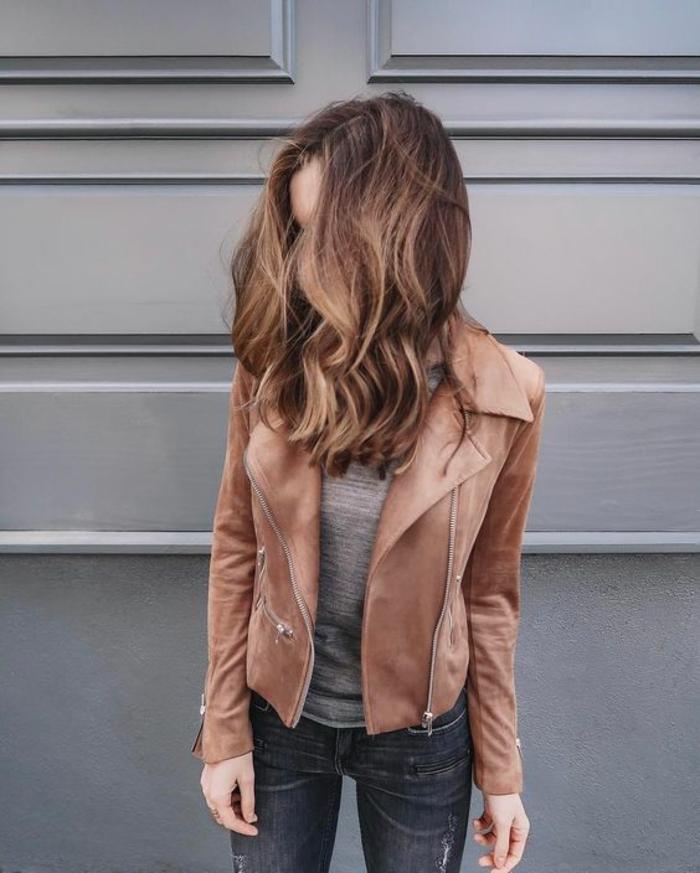 des cheveux bronde naturels aux reflets caramel et miel, une coiffure décontractée pour mettre en valeur le bronde