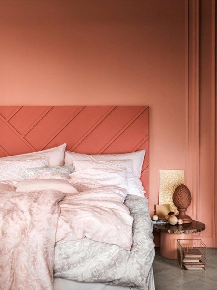 chambreà coucher couleur corail, tête de lit corailn chevet avec décoration