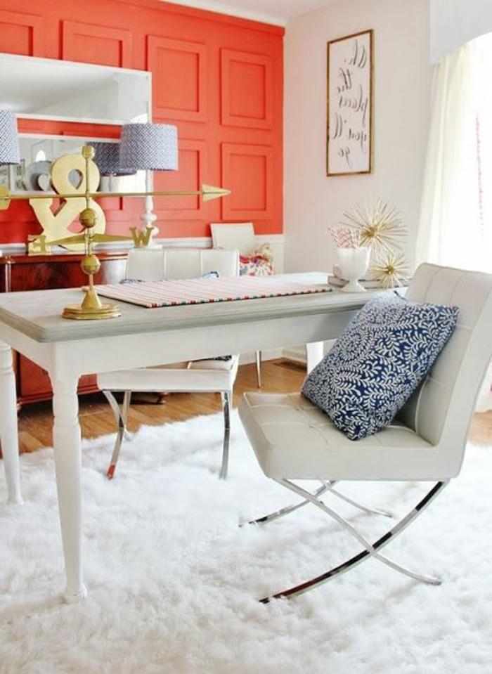 couleur corail, pièce en corail et blanc, table blanche rectangulaire, chaise banche