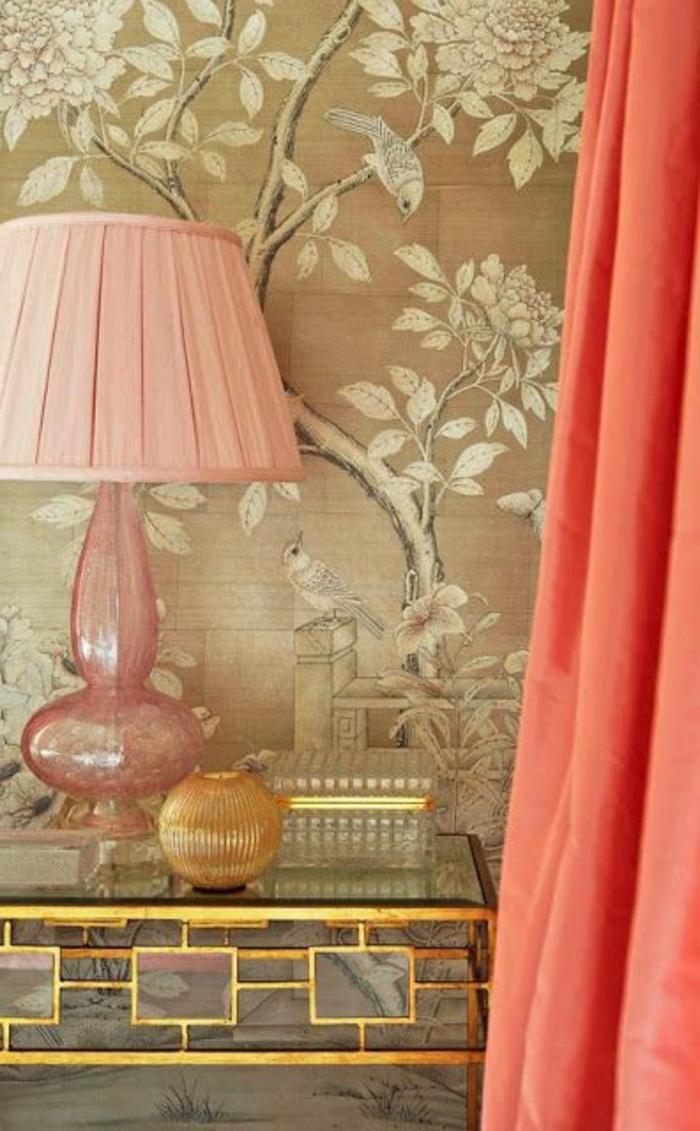 rideaux et lampe couleur corail, papier peint arbre avec oiseaux, table cadre doré