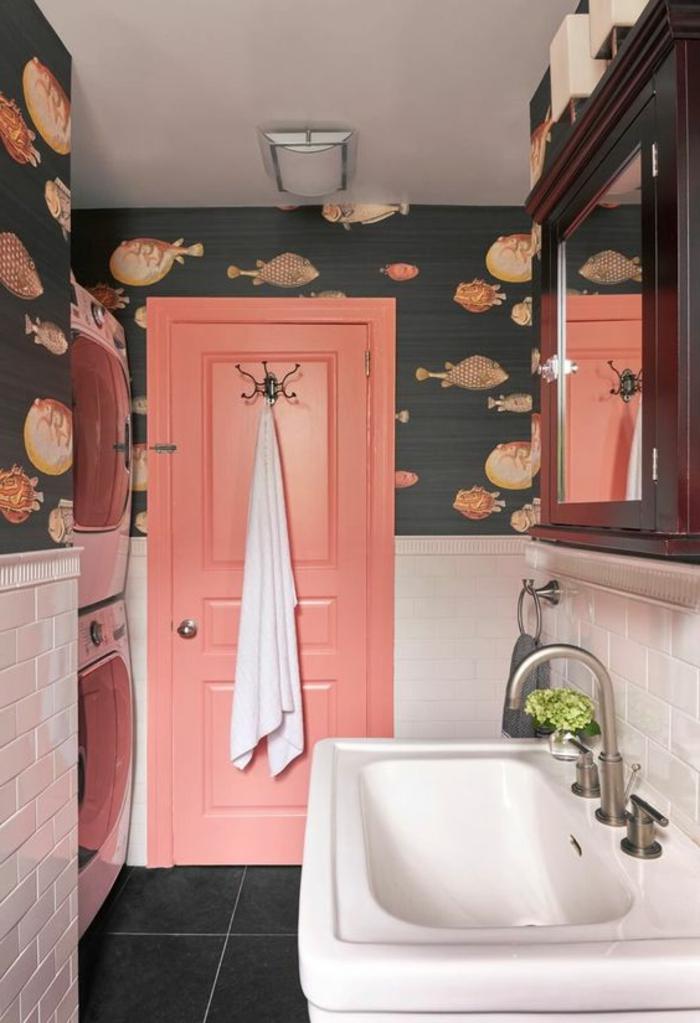 salle de bain ou buanderie couleur corail, porte corail, carrelage métro blanc, papier peint aux motifs corail