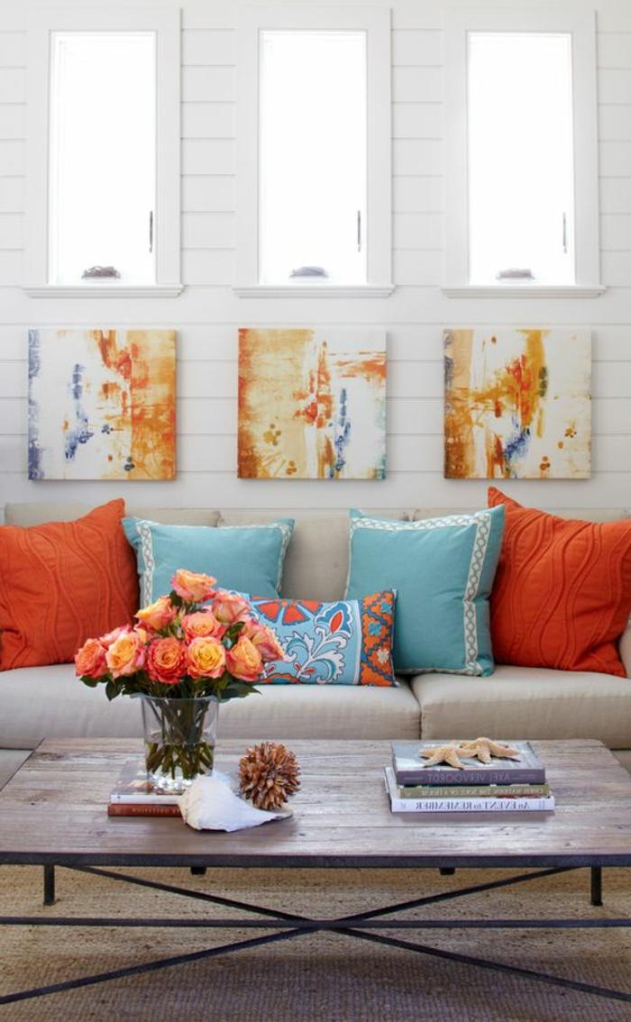 couleur corail, salon shabby chic, coussins corail et bleus, lambris mural bleu, bouquet de fleurs