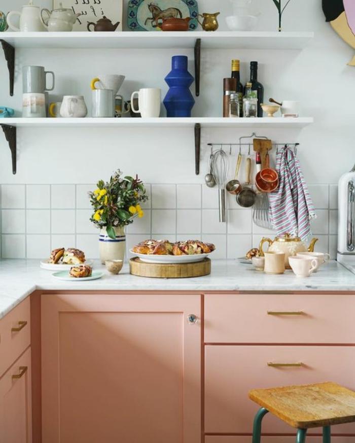 placards de cuisine roses, mur blanc de cuisine, étagères blanches, carreaux blancs
