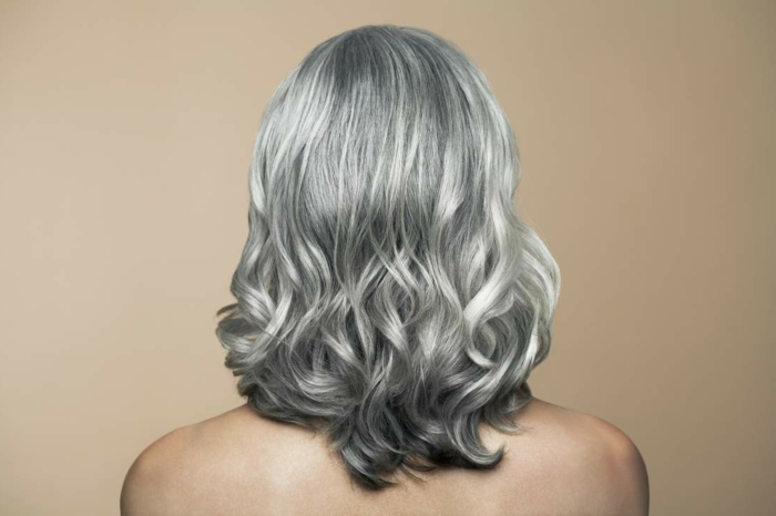 coloration cheveux gris cendré, nuance de gris, coiffure avec boucles, teinture grise