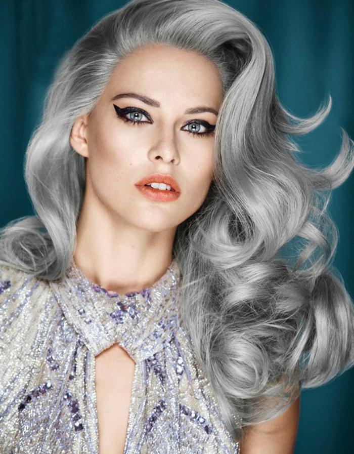 nuance de gris, boucles, robe en argent avec cristaux violets, teinture grise, rouge à lèvres orange