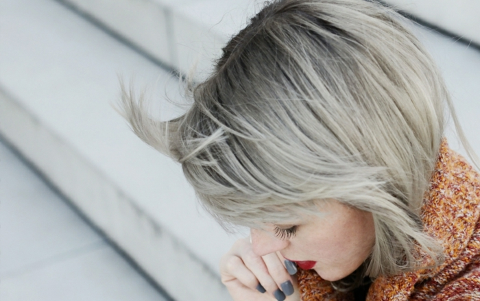 meche femme, teinture grise, écharpe en crochet marron, coupe carré grise, ongles longues
