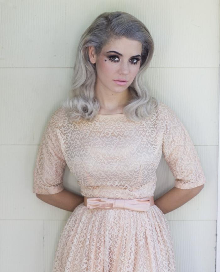 meche femme, robe pastel, ceinture robe, tenue en motifs dentelle, nuance de gris, cheveux bouclés, racines bleues
