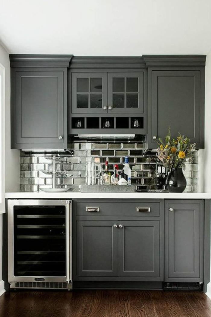 couleur gris perle, crédence de cuisine gris perle et placards gris, vase noir avec fleurs
