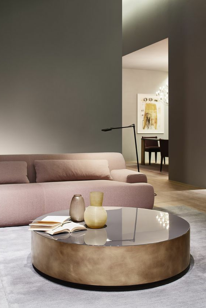 couleur gris perle, sofa en couleur rose nude, table ronde de matière lisse