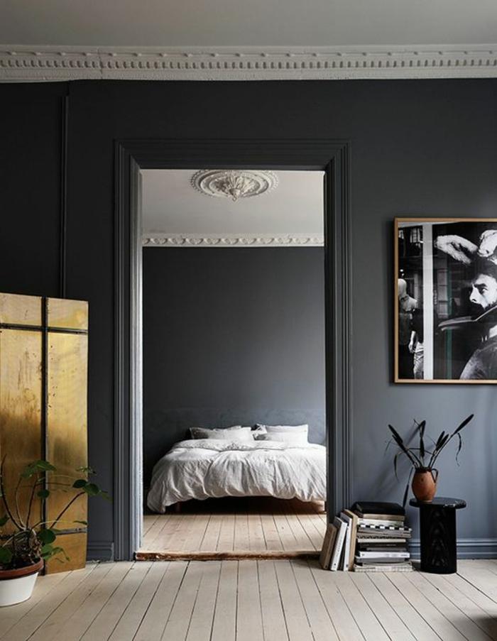 couleur gris perle, plancher en bois, photo avant-garde, plafonds blancs, petite table noire