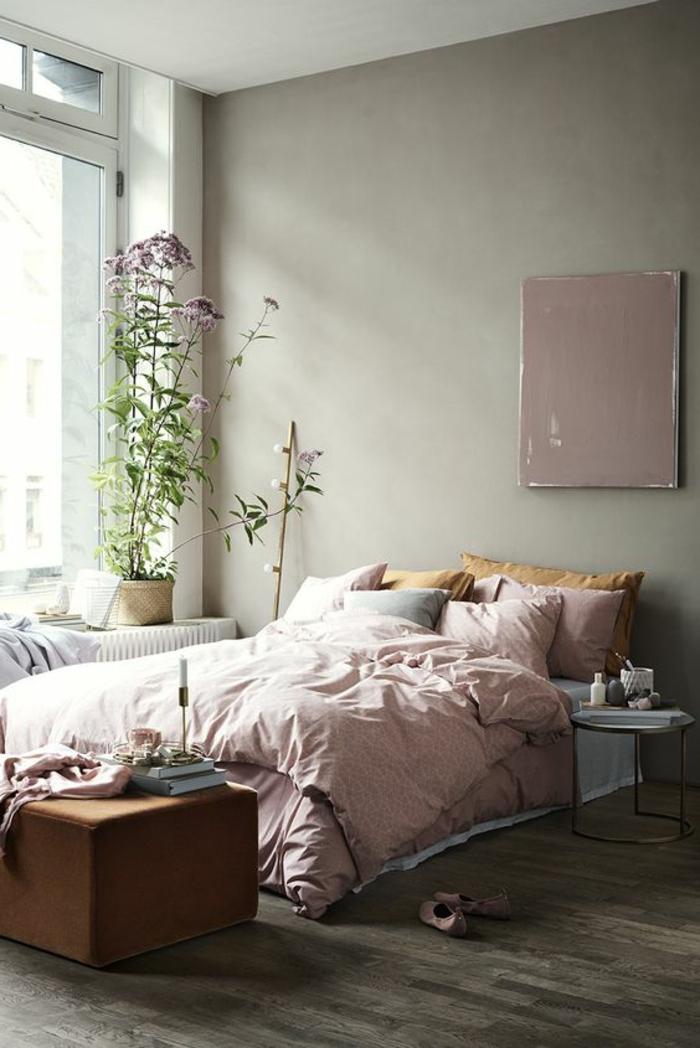 peinture murale couleur gris perle, draps de lit roses, plantes vertes, tabouret marron