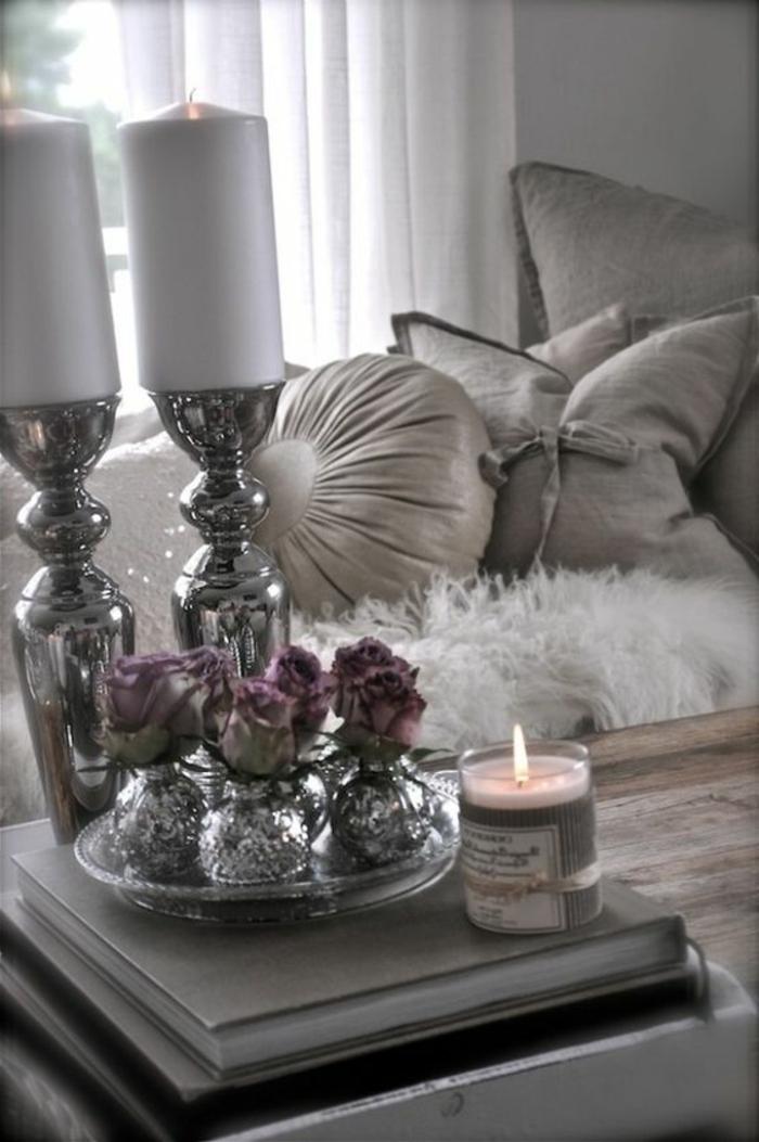 couleur gris perle, coussins déco, bougeoir argenté, rideaux blancs, bougie parfumée
