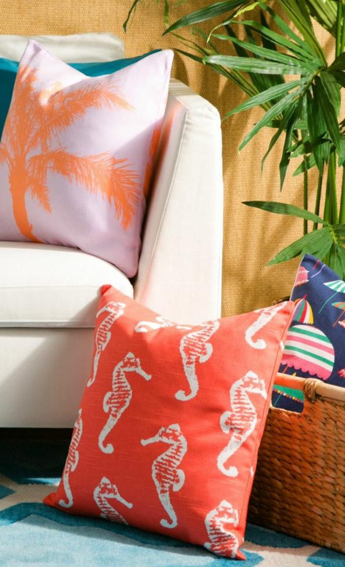 coussins couleur saumon, coussins en couleurs fraîches, panier tressé
