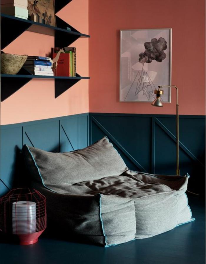 coussin de sol gris, peinture murale couleur saumon, étagère noire, tableau gris