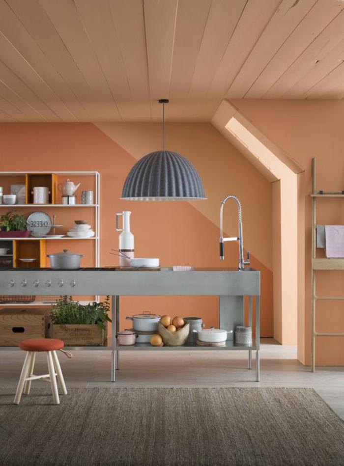 intérieur couleur saumon, lampe pendante grise, ilot de cuisine gris, étagère