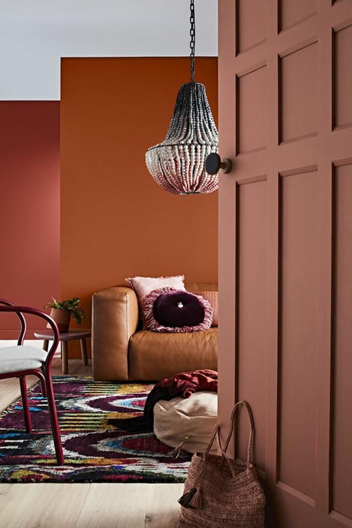 intérieur couleur saumon et orange, plafonnier suspendu design oriental, tapis bariolé