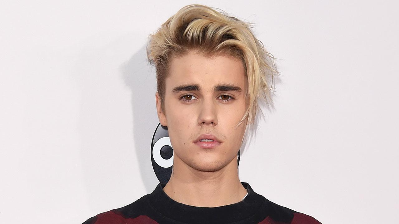 coupe garcon avec frange asymétrique, justin bieber coiffure extravagante, mèches blonds, idée comment coiffer ses cheveux