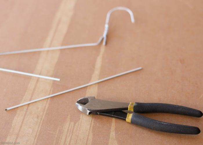 couper un bâton dans un cintre pour fabriquer une manche photophore maison diy, bricolage facile a faire soi meme