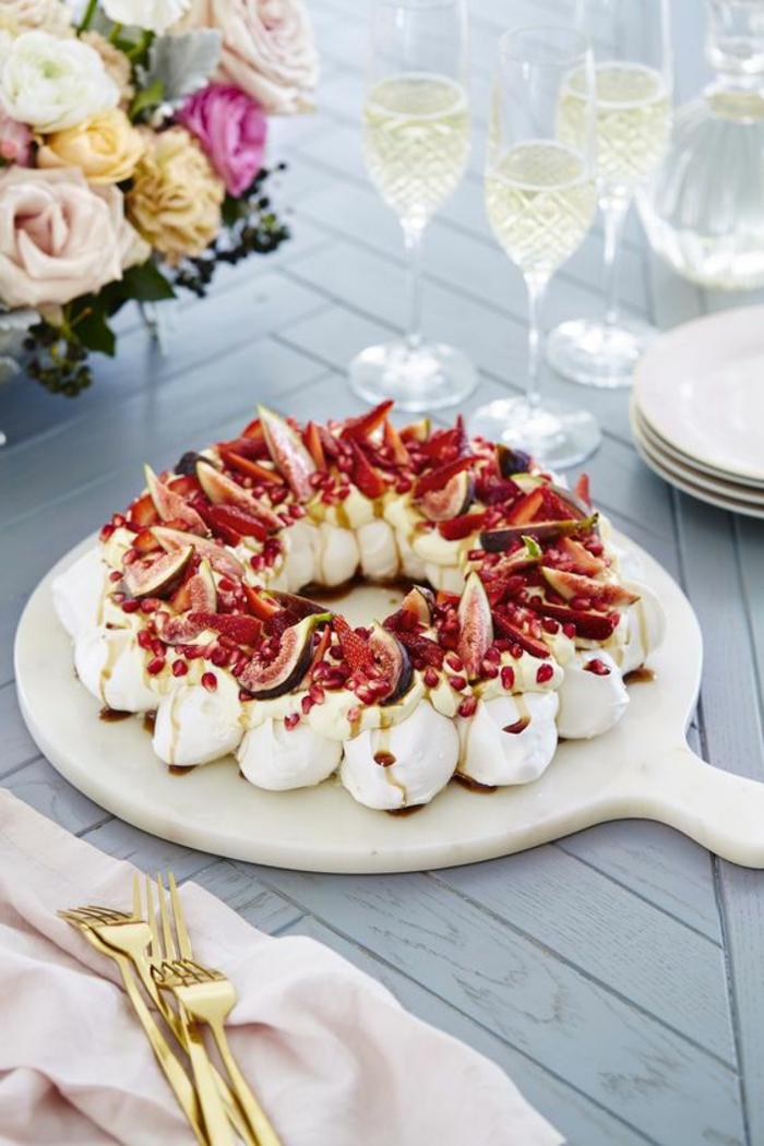 un gâteau de fête meringué aux figues et grenade, une couronne de mini-pavlovas
