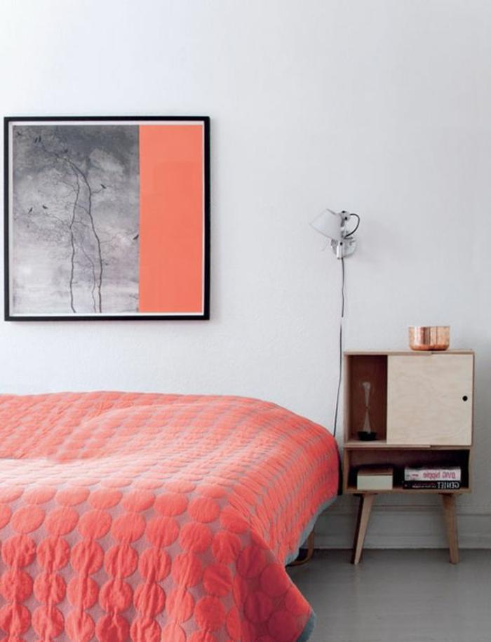 couverture de lit couleur dofus, peinture abstraite gris et corail, petit chevet vintage