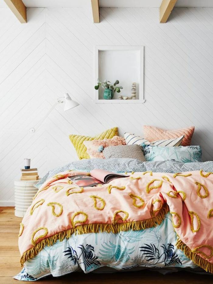 une chambre à coucher douce et féminine qui associe le bois naturel et les couleurs fraîche comme le rose poudré et l'ocre jaune