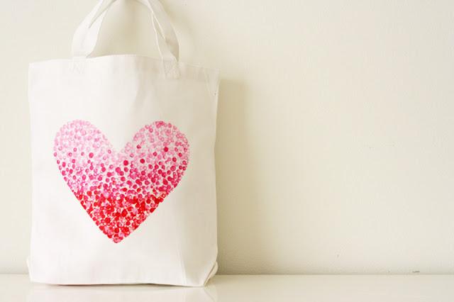 un sac customisé, dessin coeur à pois rouges et rose, idée activite manuelle, convenable pour adultes, accessoire femme